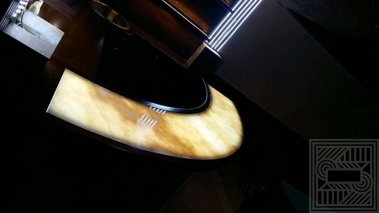 Барная стойка из Onice Miele с подсветкой furniture - barnaya iz medovogo oniksa