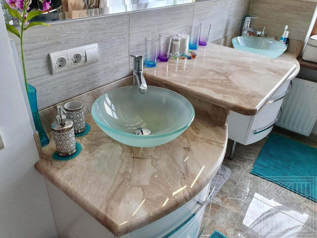Столешница  с плинтусом в ванную комнату из мрамора Daino. worktop-marble - cnjktirf d dfyyjq
